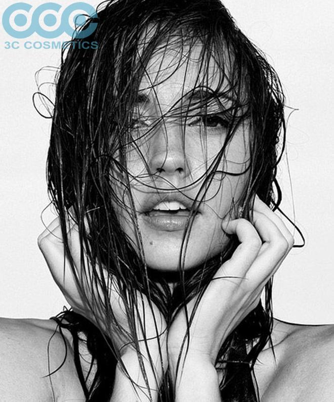 nên làm ướt tóc bằng nước ấm, tránh dùng nước quá nóng