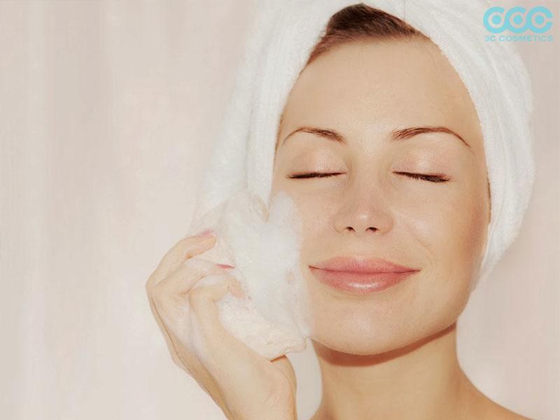 Rửa mặt với tần suất dày đặc có thể khiến da bị khô và tổn thương