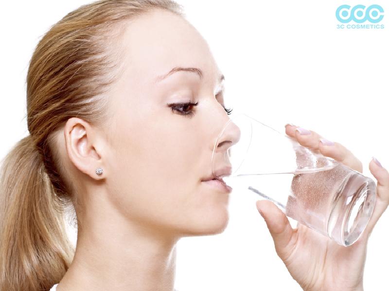 Uống nước thường xuyên và tẩy tế bào chết