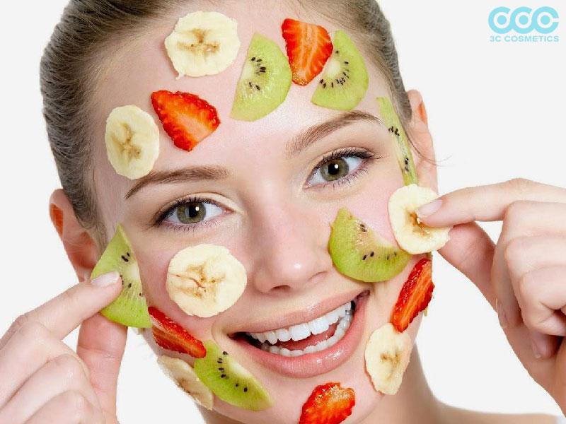 Đắp mặt nạ dưỡng ẩm cho da