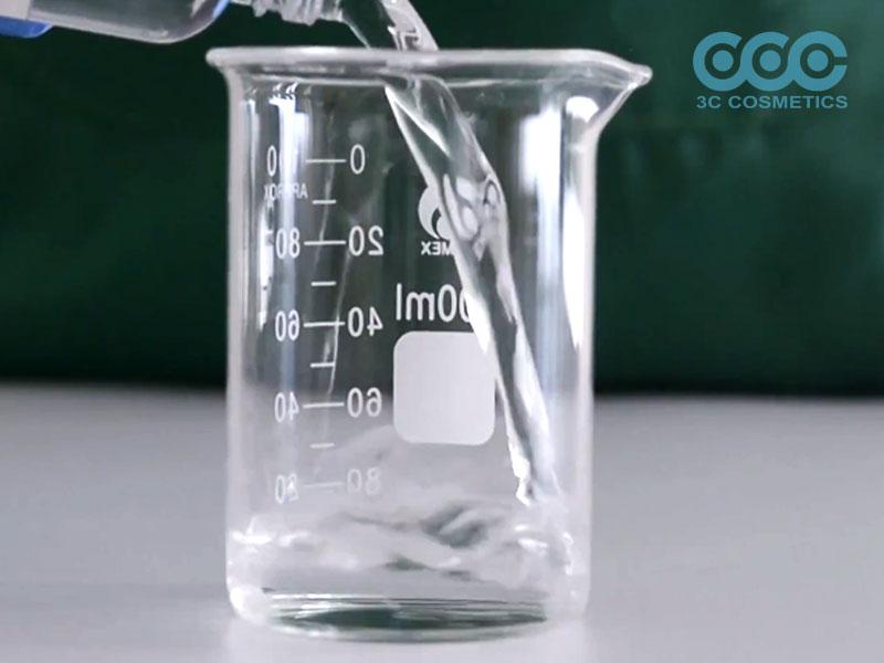 Cho nước và NeoDefend và khuấy đều