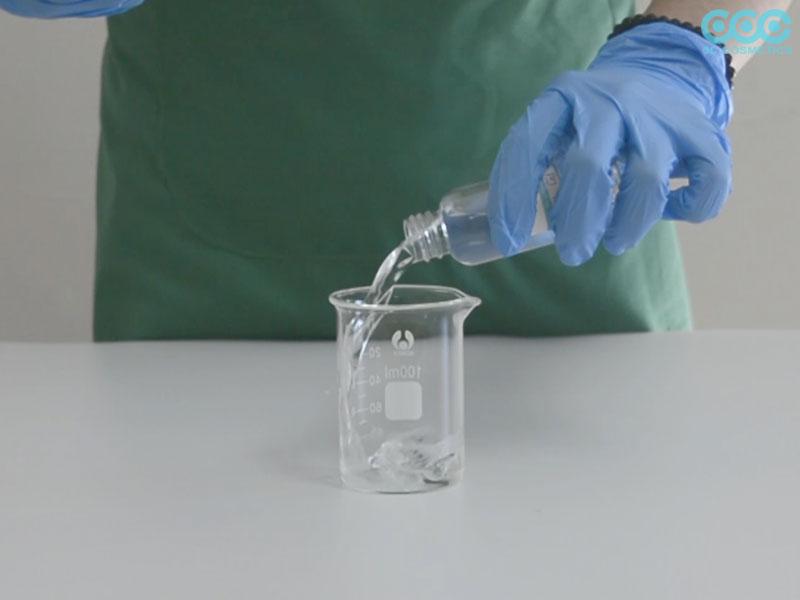 Cho Nước vào cốc, cho Alpha arbutin và Provitamin B5 vào khuấy đều cho tan.