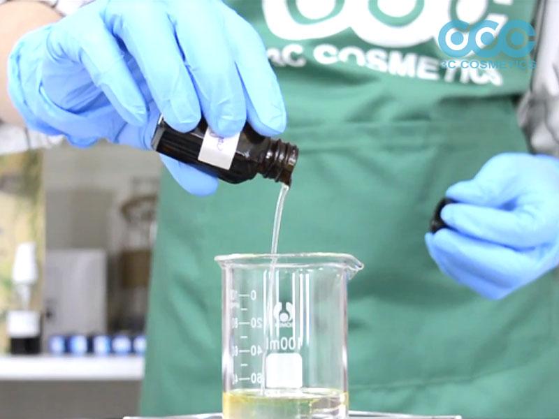 Cho Triglyceride, Dầu olive, Dầu hạnh nhân, Dầu cám gạo, Polysorbate 20, Cromolient SCE và PEG 40 Hydrogenated Castor oil vào cốc