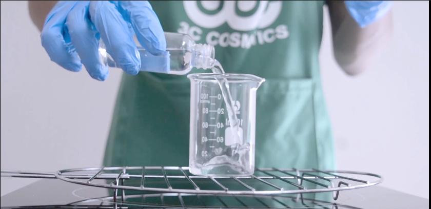 Cho lượng nước cất 1 vào cốc 1 sau đó gia nhiệt đến 55 0C rồi cho Glycerin, Biocrol WS2 vào khuấy tan