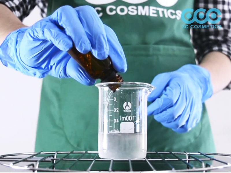 Gia nhiệt và tiếp tục cho Glycerrin, Sodium lauryl sulfate, Cocammidopropyl betain, PEG 150 Distearate rồi khuấy đều