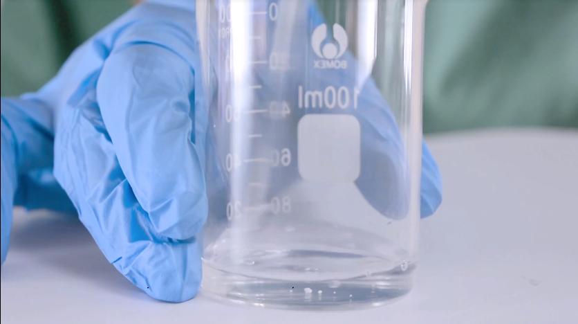 Cho lượng nước cất 2 vào cốc 2 rồi thêm Neodefend, Sodium erythorbate vào khuấy đều