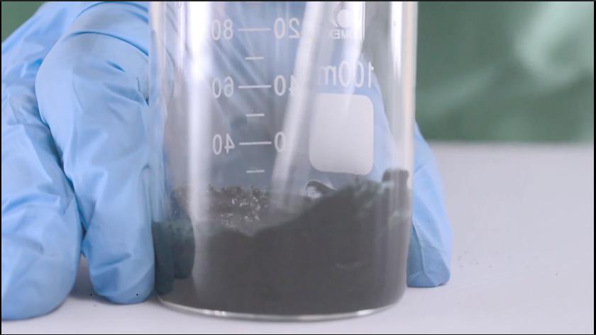 Sau đó thêm bột tảo Spirulina vào cốc 2, khuấy đều
