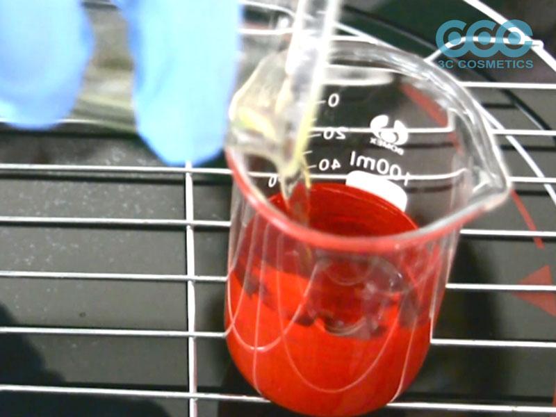 Khi nhiệt ở cốc (2) đã đạt, gia nhiệt cốc (1) ở 30 – 40oC và trộn đều 2 cốc với nhau