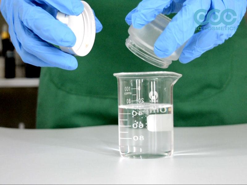 Cho nước, NeoDefend vào cốc 1 và khuấy đều