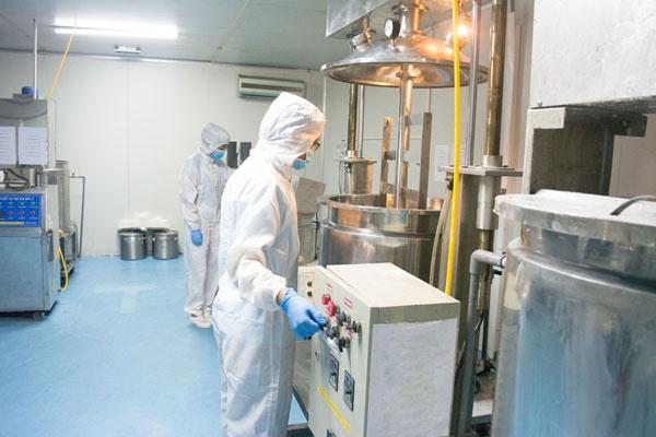 Phối trộn nguyên liệu tại nhà máy Mỹ phẩm 3C