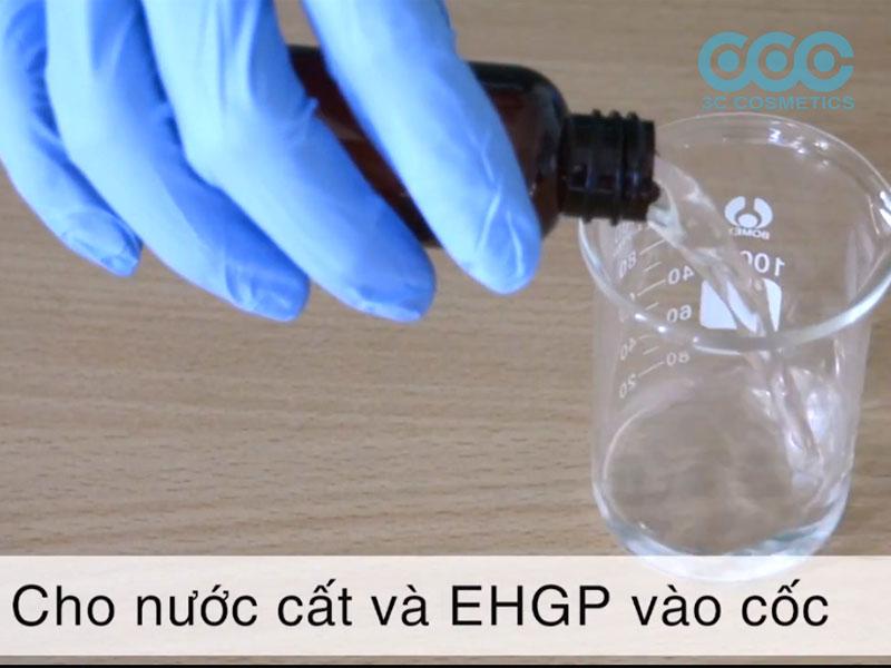 Cho nước và EHGP vào cốc