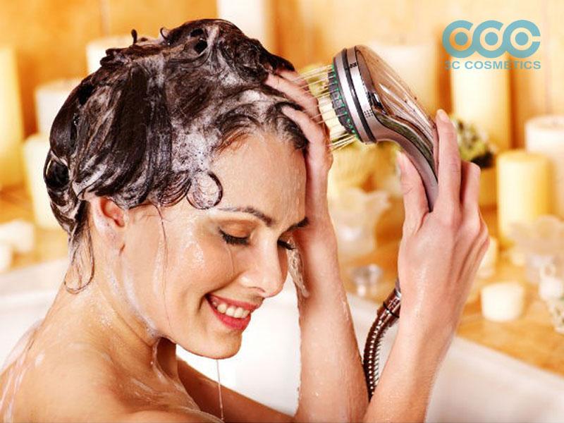 Làm ướt tóc và thoa dầu gội lên tóc
