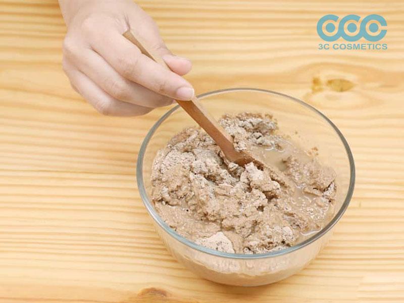 """Sử dụng muỗng """"phi kim loại"""", trộn đất sét và nước thành hỗn hợp sệt với độ sệt mịn"""