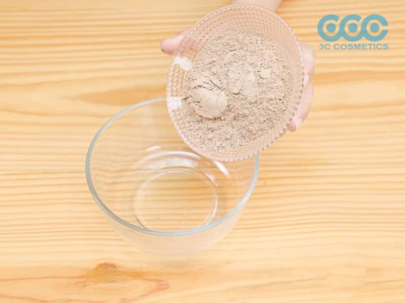Cho 1 cốc đất sét bentonite trong một tô thủy tinh