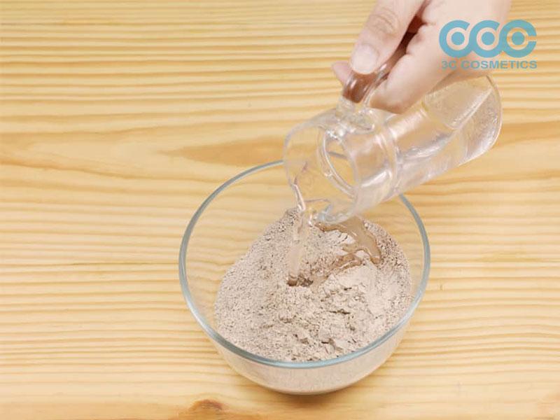 Cho 1 nửa chén nước vào đất sét bentonite