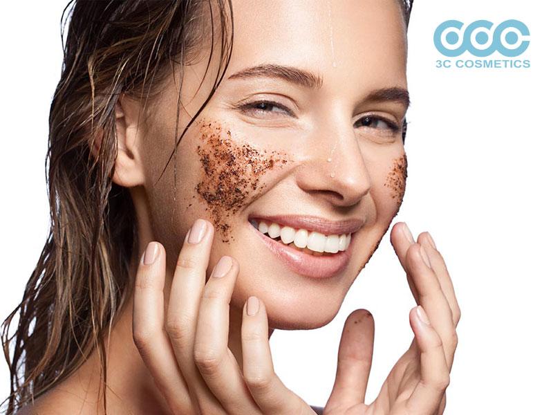 việc tẩy tế bào chết sẽ giúp loại bỏ đi lớp da sần sùi, xỉn màu