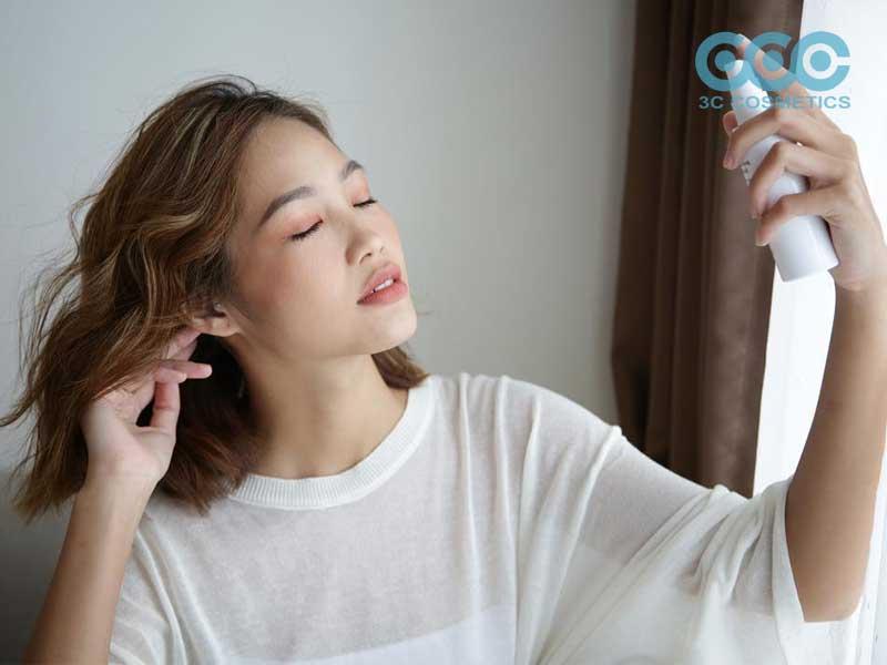 Chai xịt khoáng nên cách làn da của bạn trong khoảng từ 20-30 cm