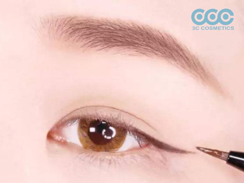 Những cô nàng bị cận thì nên kẻ mắt đậm hơn để tạo độ sâu cho đôi mắt