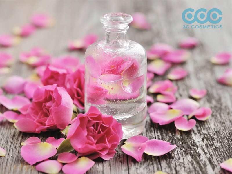 Nước tẩy trang làm từ cánh hoa hồng