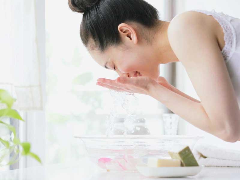 Đừng rửa mặt lại ngay sau khi nặn mụn ở Spa
