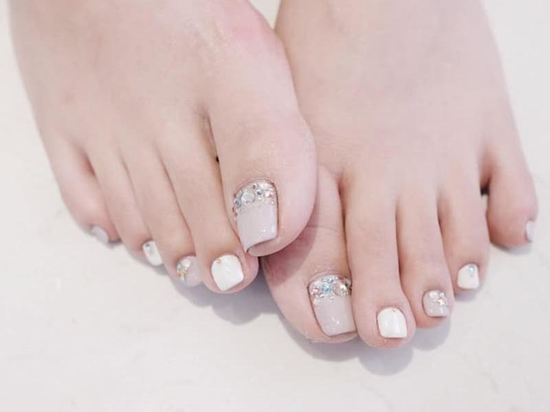 Màu sơn móng chân làm trắng da